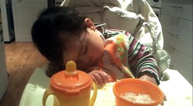Hài hước clip bé vừa ăn vừa ngủ